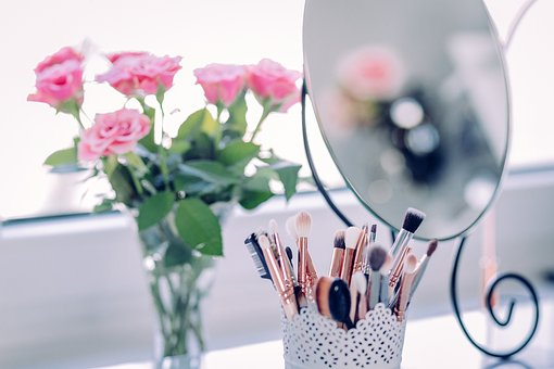 makeup brushes for applying makeup with bunch of rosies
